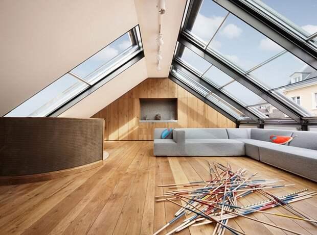 Оформить интерьер гостиной возможно при помощи декорировании комнаты такого плана под чердаком и в современных вариантах декорирования.