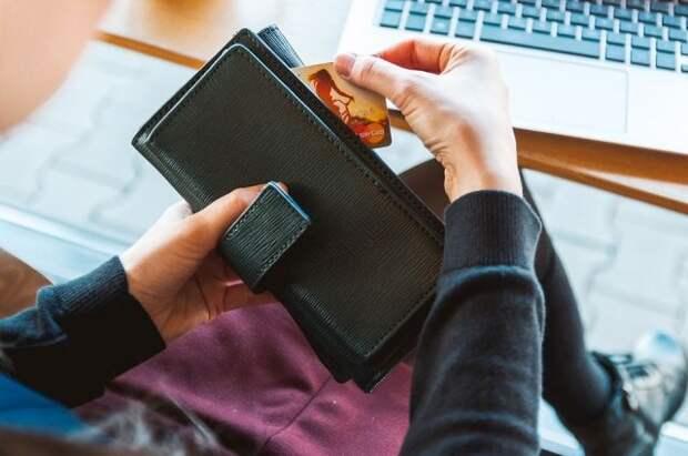 Банки готовятся запустить сервис для снятия денег с чужих карт - Известия