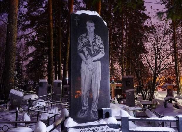 Памятник с изображением убитого, одетого по типичной моде 1990-х.| Фото: amusingplanet.com.