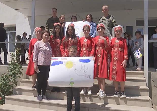 Российские миротворцы провели акцию «Дружба народов без границ» в средней школе поселка Атерк в Нагорном Карабахе