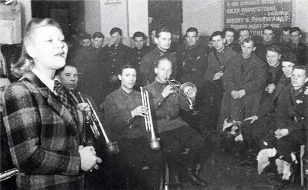 Клавдия Шульженко у бойцов Ленинградского фронта. 1941 год.
