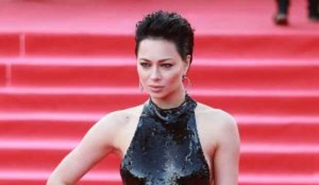 «Пытается защититься от мужа-агрессора?»: россияне взбудоражились от фотографии Самбурской