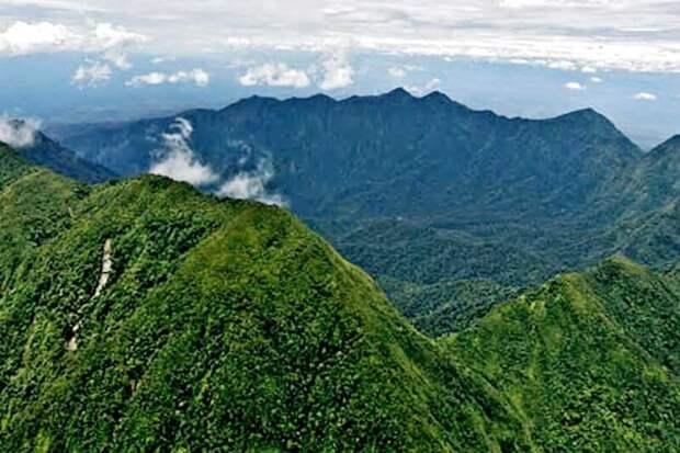 Потухший вулкан Босави поднимается на 2000 м над окружающей равниной