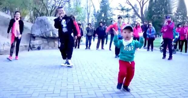 2 летний очаровательный мальчик показал взрослым как нужно танцевать