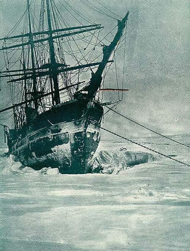 """Раздавленная льдами яхта """"Америка"""" у острова Рудольфа. Фотография сделана Энтони Фиала 2 января 1904 года полярной ночью при свете Луны. Источник: wikipedia.org"""