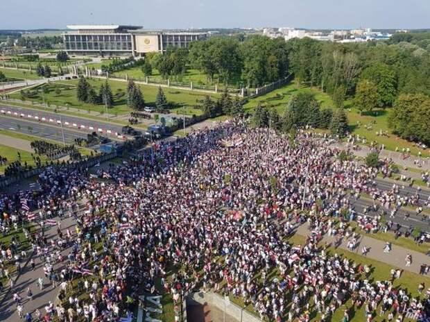 Из Минска сообщают о начавшихся перебоях со связью  в центре столицы Беларуси