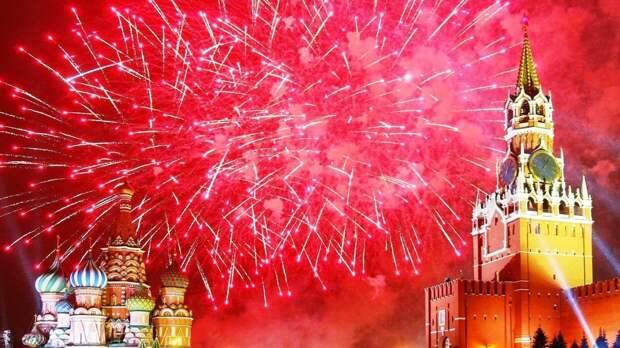 Торжественный салют в честь Дня Победы украсил небо над Москвой