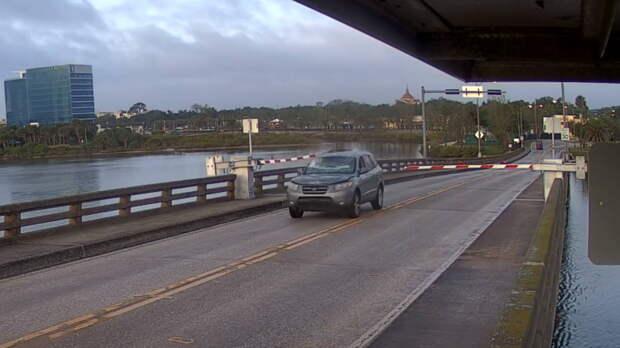 В США водитель Hyundai заболтался по телефону и перепрыгнул мост: видео
