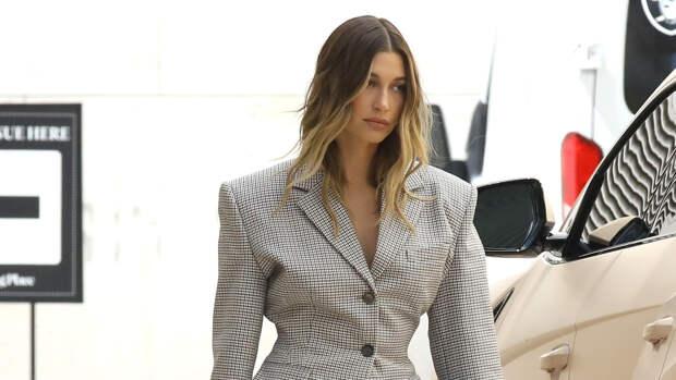 Акцентные плечи и осиная талия: Хейли Бибер показывает самый модный силуэт сезона