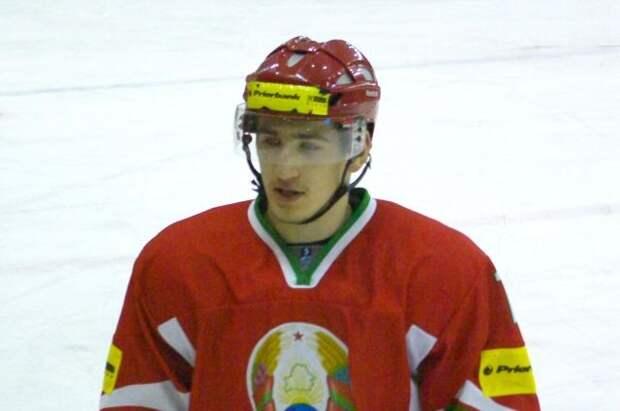 Белорусский хоккеист Лисовец на носилках покинул лёд в матче против шведов