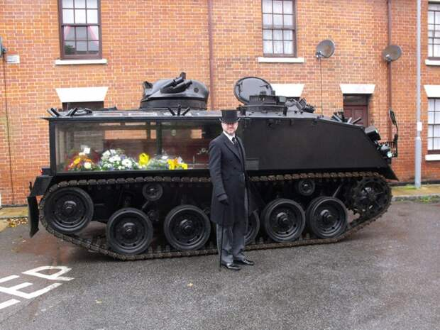 Может ли быть что-то круче, чем отправиться на кладбище на танке!? На самом настоящем! Если быть занудой, то это не танк, а бронетранспортер. Кто-то снял броню в задней части, превратив ее в прозрачный отсек для гроба. катафалк, похороны