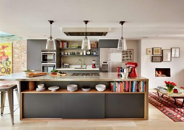 Небольшая П-образная кухня в частном доме совмещённая с другими комнатами.