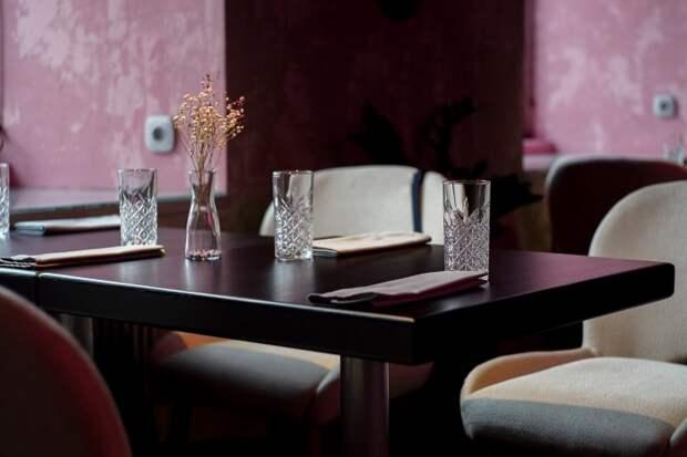 На Инженерной улице открыли винный ресторан Winona Pink. Там можно увидеть неоновую лампу в виде гибискуса и стол из розового бетона