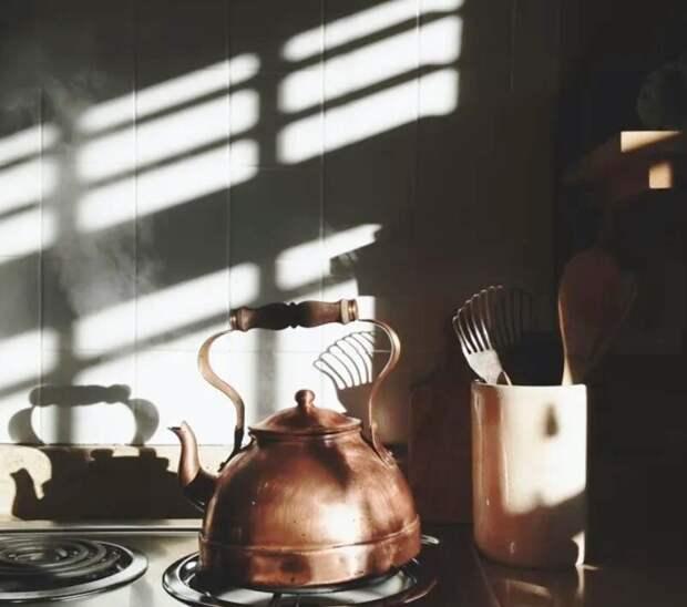 Стою на кухне и вдруг вижу, как из ниши выходит незнакомый мужик в кальсонах и рубашке