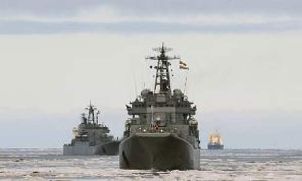 """На фото: большие десантные корабли """"Кондопога"""" и """"Александр Отраковский"""" (слева направо)"""