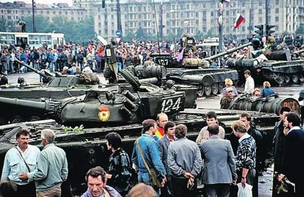 Август 1991-го. На улицах Москвы - танки для «поддержки» ГКЧП и люди - для защиты демократии.