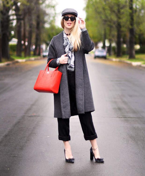 Девушка с коралловой сумкой и в темном пальто