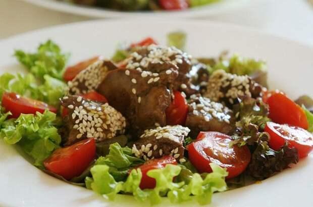 Тёплый салат из куриной печени. \ Фото: pinterest.com.