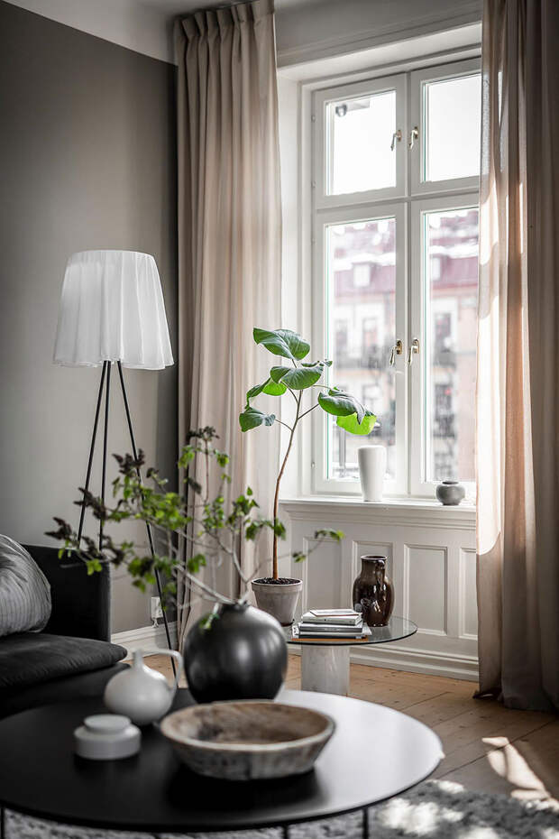 Стильный серо-бежевый интерьер с тёмными деталями в старом доме в Гётеборге (82 кв. м)