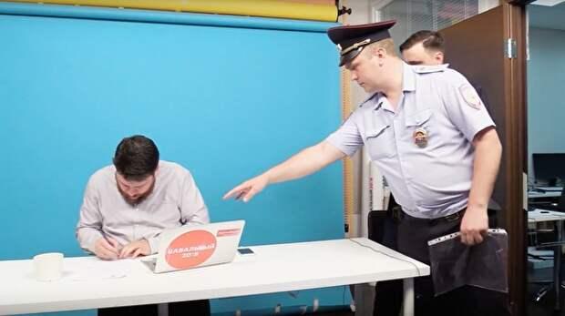 Главе штаба Навального вручили повестку в прямом эфире