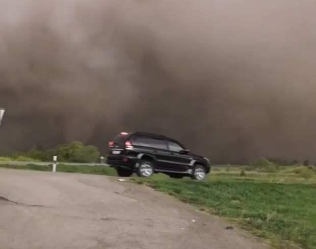 Пыльный армагеддон накрыл трассу Бийск— Барнаул. Водители останавливались, чтобы не потеряться