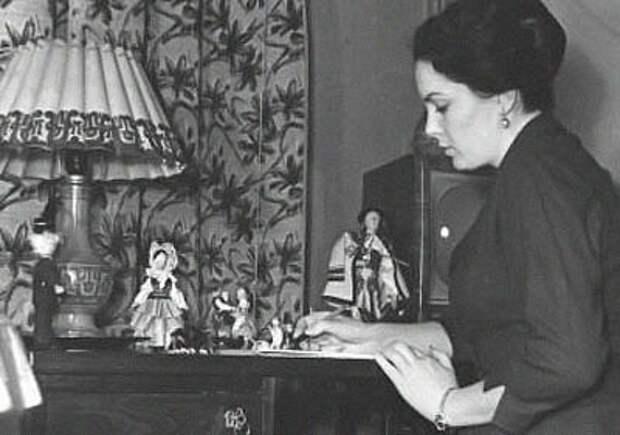 Элина Быстрицкая в домашней обстановке.
