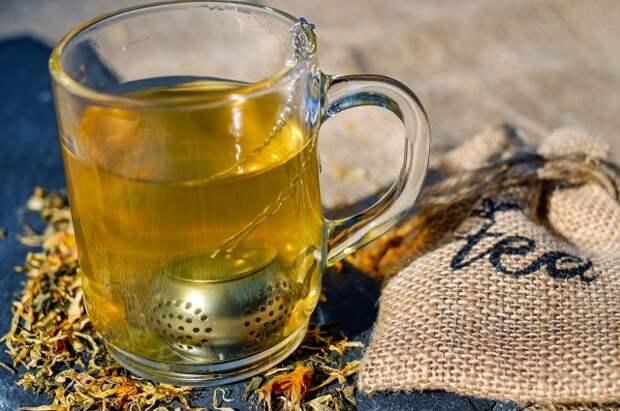 Травы в чай можно выбирать самые разные - в зависимости от вкуса и особенностей здоровья.