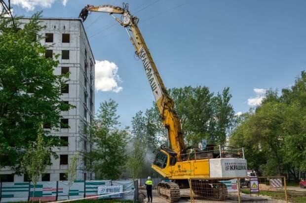 В проезде Дежнёва снесли первую в столице девятиэтажку по программе реновации