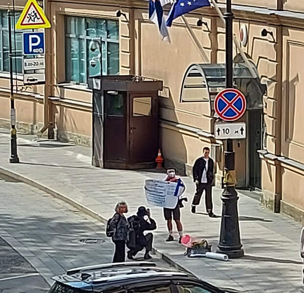 «Откройте границы». Гражданина Финляндии задержали после одиночного пикета у финского консульства в Петербурге