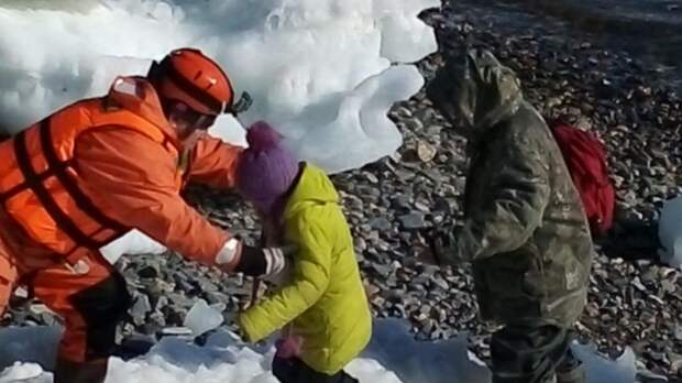 Уплывших на лодке троих детей и взрослого спасли вблизи Магадана
