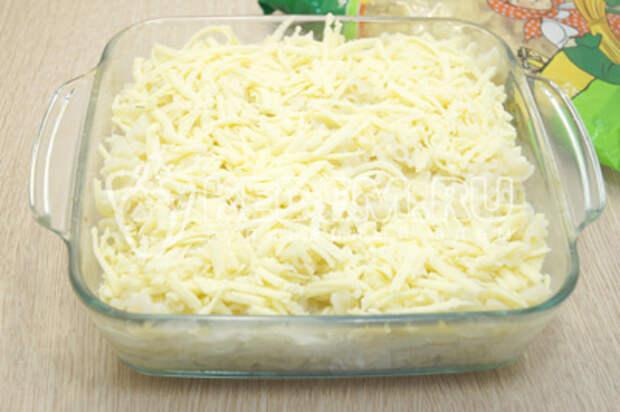 Посыпать тертым голландским сыром.