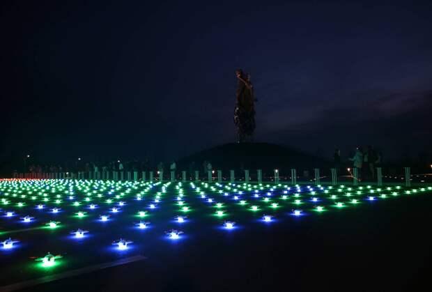 Световое шоу с тысячами дронов состоялось над Ржевским мемориалом. Видео
