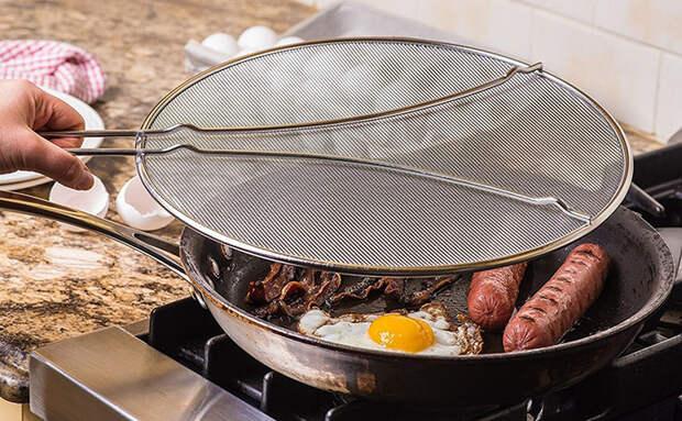 Простой способ избавиться от брызг горячего масла: закрываем сковороду бюджетным экраном