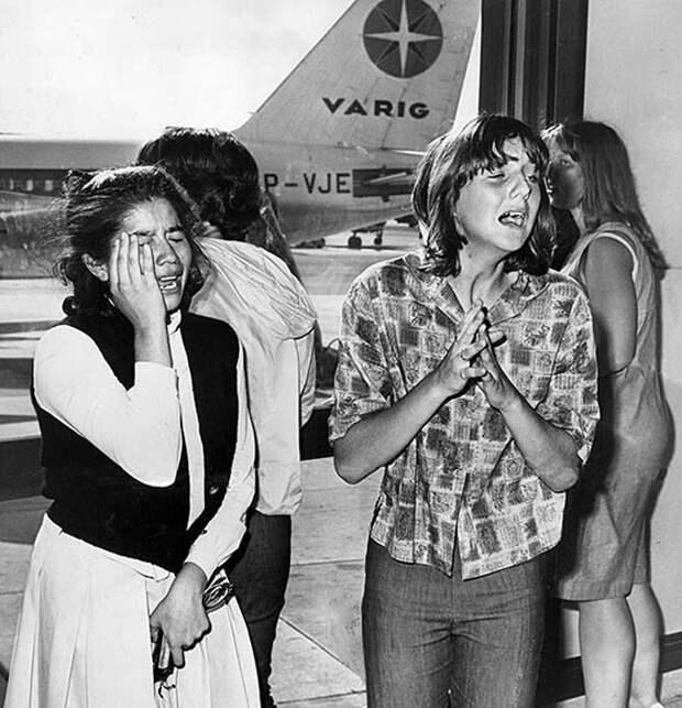 18 августа 1964г. Девушки плачут от радости, когда самолет с музыкантами наконец-то приземляется.