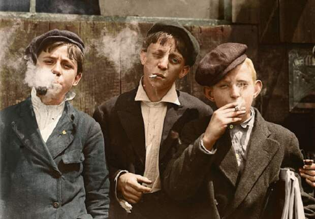 Раймонд Клоуз (в центре), 13-летний газетчик из Сент-Луиса, штат Миссури. 1910 год.