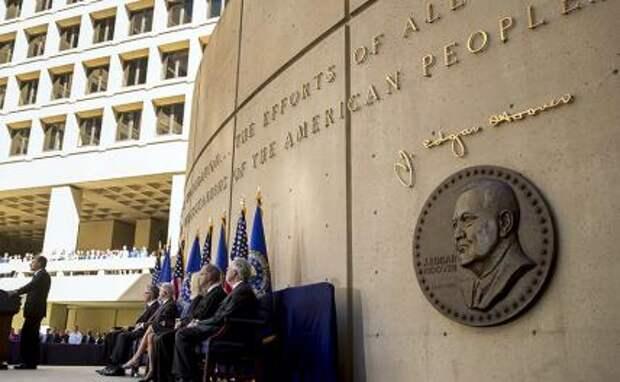 На фото: экс-директор ФБР Дж. Эдгар Гувер и вступивший в должность Крисофер Рэй (слева) в здании ФБР в Вашингтоне.