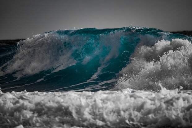 МЧС предупреждает: двухметровые волны накроют побережье восточного Крыма