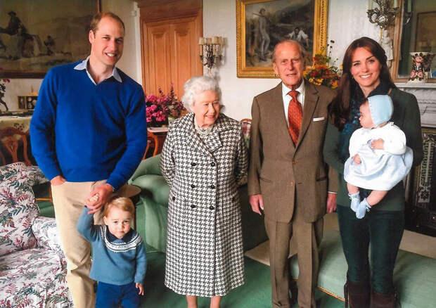 Принц Уильям и Кейт Миддлтон опубликовали фотографии своих детей с принцем Филиппом
