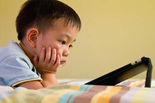 Ученые: современные гаджеты отбирают сон у детей