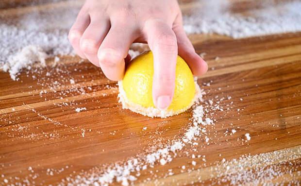 Достаем старую кухонную доску и за 20 минут превращаем в новую лимоном, солью и наждачной бумагой