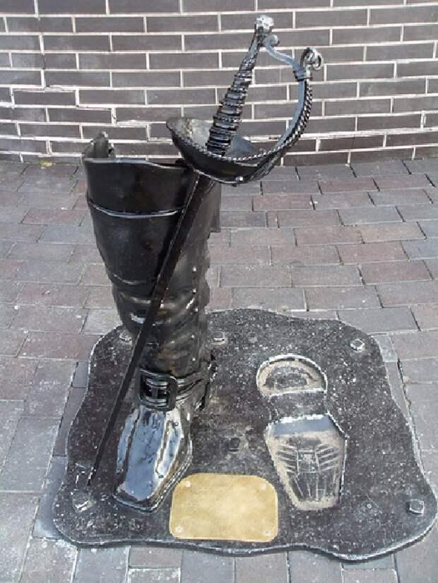 Памятник сапогам барона Мюнхгаузена. Калининград.