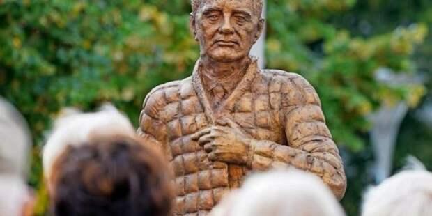 «Немецкий Акакий Акакиевич»: памятник Горбачёву вФРГ высмеяли всоцсетях