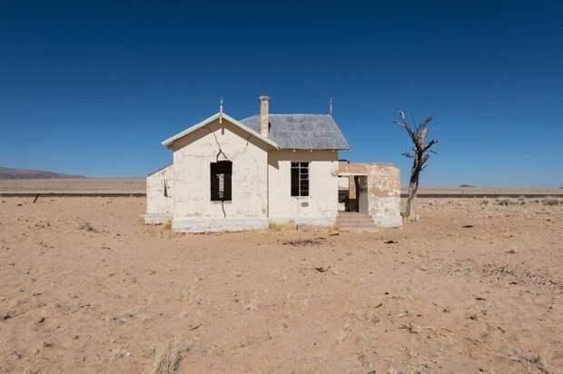 8 фото города-призрака в Намибии, который полностью занесен песком