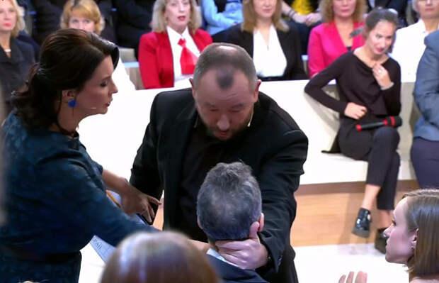 Майкл Бом спровоцировал Шейнина на применение силы в прямом эфире пренебрежением к флагу России