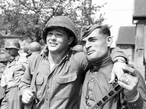 Военные обнимались и обменивались сувенирами друг с другом.