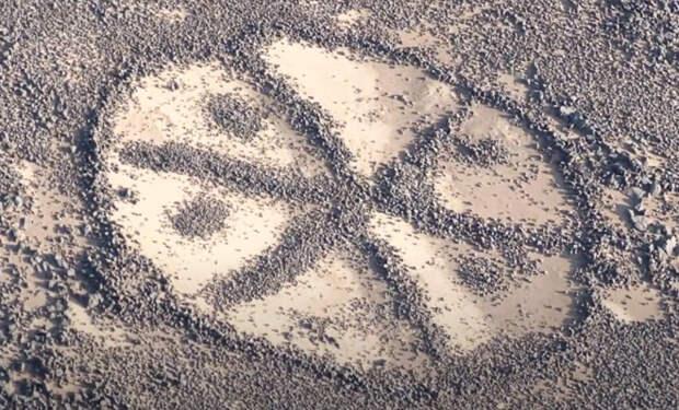 Со спутников увидели следы, которых раньше не замечали: гигантские колеса в пустыне