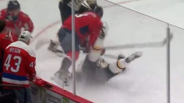 Овечкин сокрушил звезду соперника мощным ударом. Ови разогнался и уложил Крейчи на лед на 2-й минуте матча: видео