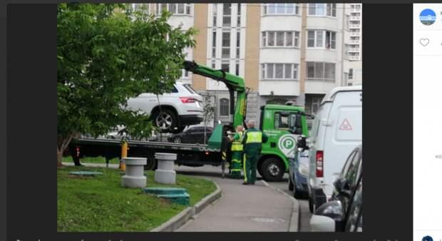 Любителей парковаться на тротуаре проспекта Защитников Москвы оштрафовали