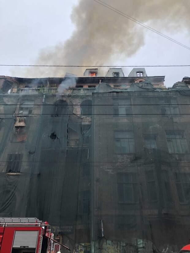 Дом Басевича на Петроградской стороне загорелся в третий раз за месяц. Его тушат по повышенному рангу
