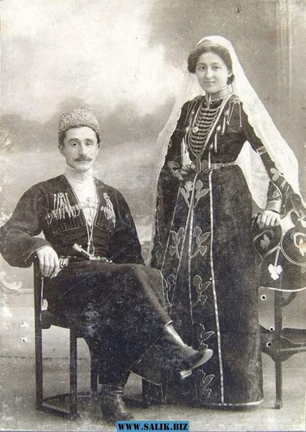 Эта пара не имеет никакого отношения к семье художника. Фото из архивов музея в Адыгее, и на снимке - обычная черкесская пара. Согласитесь, у Моны Лизы и женщины с фотографии есть общие черты?